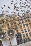 Creatieve architectuur van het Centrum en de vogels van Pompidou bij de hemel in Parijs Royalty-vrije Stock Foto