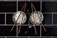 Creatieve artistieke vormen die kom van rijst en eetstokjes met behulp van Royalty-vrije Stock Afbeeldingen