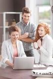 Creatieve bedrijfsarbeiders die laptop met behulp van royalty-vrije stock afbeelding