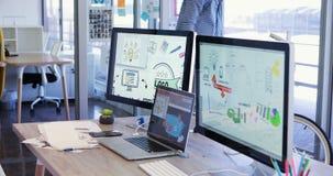 Creatieve bedrijfsmens die laptop 4k met behulp van stock footage