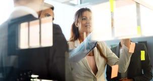 Creatieve bedrijfsmensen die aan bedrijfsproject in bureau werken royalty-vrije stock foto's