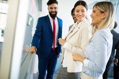 Creatieve bedrijfsmensen die aan bedrijfsproject in bureau werken royalty-vrije stock afbeelding