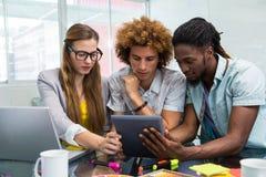 Creatieve bedrijfsmensen die digitale tablet bekijken Royalty-vrije Stock Foto's
