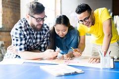 Creatieve Bedrijfsmensen die Opstarten in Bureau plannen stock afbeelding