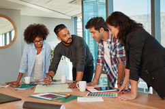 Creatieve beroeps die een vergadering in bestuurskamer hebben royalty-vrije stock afbeelding