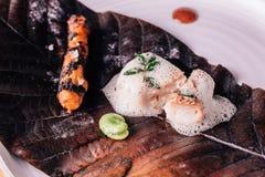 Creatieve Boete die dineren: Het vissenbovenste laagje met culinair schuim dient met erwt en de geroosterde wortel met zout torch royalty-vrije stock afbeeldingen