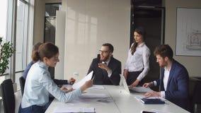 Creatieve commerciële teamvergadering in modern startbureau royalty-vrije stock afbeeldingen