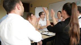 Creatieve commerci?le teamvergadering in modern bureau Groep die Mensen met Kaukasische Verschijning aan Gecombineerd samenwerken stock video