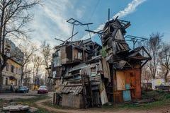Creatieve conglomeraatbouw van huisvuil en het rotte die kasteel ` van het raads` Gehuil ` s in de binnenplaats van Voronezh word stock fotografie