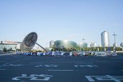 Creatieve die staalarchitectuur bij vluchtheuvel met wolkenkrabbers in Shanghai worden genomen Stock Afbeeldingen