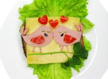 Creatieve die voedselsandwich met worst en kaas op sla wordt gediend Royalty-vrije Stock Foto