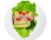 Creatieve die voedselsandwich met worst en kaas op sla wordt gediend Stock Fotografie