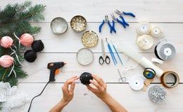Creatieve diy hobby Met de hand gemaakte Kerstmisdecoratie, ballen en slinger stock afbeelding