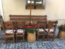 Creatieve eiken lijsten en stoelen in een straatkoffie in Lviv Royalty-vrije Stock Afbeeldingen