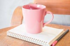 Creatieve freelance het werklijst met koffie Stock Afbeeldingen