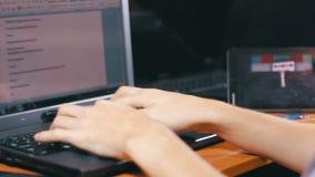 Creatieve Freelance Ontwerper Working met Laptop stock videobeelden