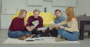 Creatieve freelance teambrainstorming in huisbureau stock video