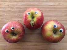 Creatieve gezond, het concept van het pretvoedsel, appelen met googleogen stock afbeeldingen