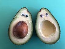 Creatieve gezond, het concept van het pretvoedsel, avocado met googleogen stock afbeelding