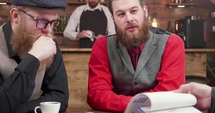 Creatieve groep jonge mensen op een toevallige commerciële vergadering stock video