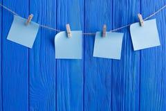 Creatieve herinnering, kleine bladen van document op oude wasknijper Verkoop stock fotografie