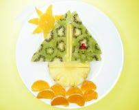 Creatieve het dessertmens die van het fruitkind in de schipvorm varen Royalty-vrije Stock Afbeelding
