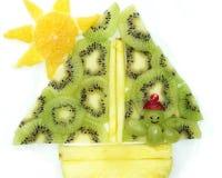 Creatieve het dessertmens die van het fruitkind in de schipvorm varen Stock Fotografie