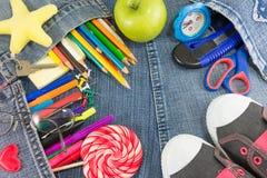 Creatieve het leren voorwerpen op jeans voor nieuw schooljaar Royalty-vrije Stock Foto's