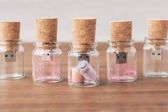 Creatieve houten usbstok zoals een Bericht in de fles op achtergrond Stock Foto's