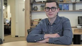 Creatieve Jonge Mens die in Glazen door Hoofd goedkeuren Te schudden, ja stock footage