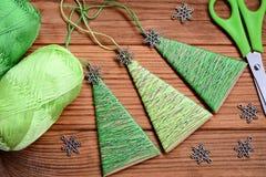 Creatieve Kerstbomenornamenten op een houten achtergrond Feestelijke Kerstmisactiviteit voor kleuters Jonge geitjeswerkplaats Hoo stock foto
