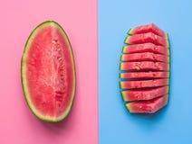 Creatieve lay-out van fruit de watermeloen snijdt ojnpink en blauwe achtergrond Royalty-vrije Stock Fotografie