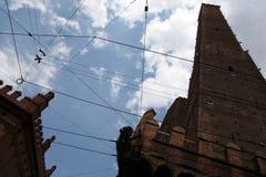 Creatieve mening van de twee torens en Chiesa Di San Bartolomeo, BO Stock Foto