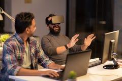 Creatieve mens in virtuele werkelijkheidshoofdtelefoon op kantoor Stock Foto's