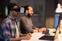 Creatieve mens in virtuele werkelijkheidshoofdtelefoon op kantoor Royalty-vrije Stock Afbeeldingen