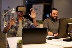 Creatieve mens in virtuele werkelijkheidshoofdtelefoon op kantoor Royalty-vrije Stock Afbeelding