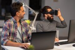 Creatieve mens in virtuele werkelijkheidshoofdtelefoon op kantoor Stock Afbeelding