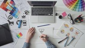 Creatieve ontwerper die aan een embleemontwerp werken