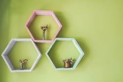 Creatieve pentagoon houten plank op de huismuur voor decoratie royalty-vrije stock foto