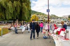 Creatieve Queenstown-Kunsten en Ambachtenmarkten wat bij de meervoorzijde bij Earnslaw-Park in Queenstown wordt gevestigd Stock Afbeelding