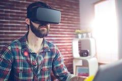 Creatieve redacteur die 3D videoglazen dragen Stock Afbeeldingen