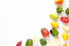 Creatieve regeling van kleurrijke groene paprika's op wit Royalty-vrije Stock Foto