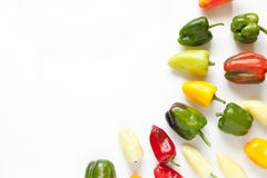 Creatieve regeling van kleurrijke groene paprika's op wit Royalty-vrije Stock Afbeelding