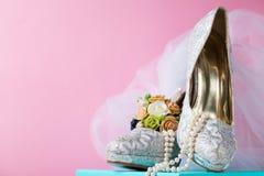 Creatieve samenstelling van bruids kantschoenen Stock Fotografie