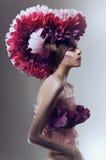 Creatieve schoonheid die met roze hoofddeksel is ontsproten Royalty-vrije Stock Foto's