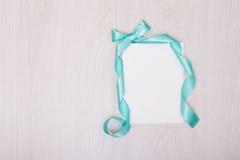 Creatieve spot omhoog met ablankstuk van document Blauwe lint en boog Stock Afbeeldingen