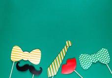 Creatieve st Patricks Dag groene achtergrond Vlak leg samenstelling van Ierse vakantieviering met het decor van de fotocabine: royalty-vrije stock foto