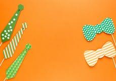 Creatieve st Patricks Dag oranje achtergrond Vlak leg samenstelling van Ierse vakantieviering met het decor van de fotocabine: ho royalty-vrije stock afbeelding