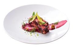 Creatieve stroomsalade, haute geïsoleerde keuken, rode bieten, mushroo Stock Foto's