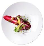 Creatieve stroomsalade, haute geïsoleerde keuken, rode bieten, mushroo Royalty-vrije Stock Foto's